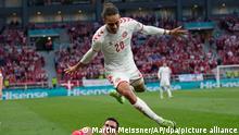 Fußball: EM, Russland - Dänemark, Vorrunde, Gruppe B, 3. Spieltag im Telia Parken Stadion. Yussuf Poulsen (oben) aus Dänemark springt über Magomed Osdojew aus Russland. +++ dpa-Bildfunk +++