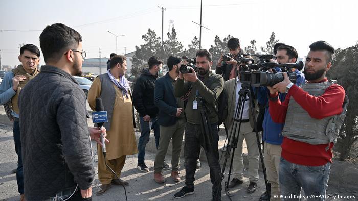 Afghanischer TV-Journalist steht vor Kameras