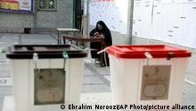 18.06.2021 *** Eine iranische Frau sitzt in einem Wahllokal, bevor es für die Präsidentenwahl öffnet. Die Präsidentenwahl im Iran hat begonnen. Mehr als 59 Millionen Stimmberechtigte wählen einen Nachfolger für Präsident Ruhani, der nach zwei Amtsperioden nicht mehr antreten durfte. +++ dpa-Bildfunk +++