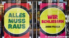 Ladensterben in Deutschlands Innenstädten. Schilder mit der Aufschrift: Alles muss raus und Wir schließen diese Filiale kleben an den Glastüren am Eingang des Galeria Kaufhof-Gebäudes auf der Mönckebergstraße. (Illustration zu dpa Strategie gesucht:Rettet Digitalisierung die Innenstädte?) +++ dpa-Bildfunk +++