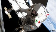 Datum: 02.12.2019 'Swage' was the word of the day on Monday as ESA astronaut Luca Parmitano carried out the third spacewalk to service the cosmic ray hunting Alpha Magnetic Spectrometer AMS-02. Here Luca is suspended above Earth as he is moved to a he second worksite to swage, or join, the instrument's tubes to a new pump system that will give it a new lease on life. Riding on the International Space Station's robotic arm, Luca soared to the cosmic ray detector's worksite for nearly five hours of space plumbing. Yesterday's spacewalk was the most critical of four spacewalks planned to service the Alpha Magnetic Spectrometer that has provided scientists with invaluable data on cosmic particles long after its original three-year mission. In 2017 the decision was made to service the instrument after all four cooling systems wore out. Luca and NASA astronaut Andrew Morgan began by passing the cooling system to each other as they inched their way from the airlock to the Space Station's robotic arm. Luca then attached himself to the arm and – aided by astronaut Jessica Meir who operated this from inside the Station – transported the system to the hard-to-reach worksite. Luca rode the arm into position, seen in this image, and together with Drew screwed the new pump onto AMS. The system was powered on and Luca was moved to a different location by robotic arm for the swage operations. Luca did six swages before taking the robotic arm ride again to the underside of AMS for the last two and finish the job. The spacewalk was a success, with Luca and Drew finishing their delicate and unprecedented work ahead of schedule. They returned to the Space Station airlock ending the spacewalk at six hours and two minutes. A fourth and last spacewalk for AMS is planned at a later date. QUELLE: NASA https://www.flickr.com/photos/europeanspaceagency/49164554816/