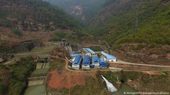 Vista aérea de una granja de bitcoines junto a una central hidroeléctrica en el condado autónomo de Mabian Yi, en la provincia suroccidental china de Sichuan.