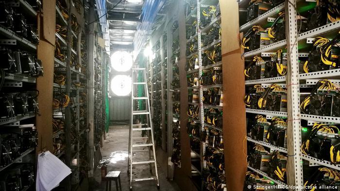 Máquinas de minería funcionan en una granja de bitcoines en el condado autónomo de Mabian Yi, en la provincia suroccidental china de Sichuan.