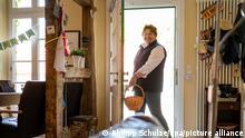 Juliane von der Ohe, Landwirtin, öffnet mit einem Chip den sie im Handgelenkt trägt ihre Haustür. Zwei Reiskorn große Implantate liegen knapp unter der Haut jeder Hand zwischen Daumen und Zeigefinger - einer für die Haustür, einer für den Computer - sowie ein größeres Plättchen zum Bezahlen im Supermarkt schlummert im Handgelenk. +++ dpa-Bildfunk +++