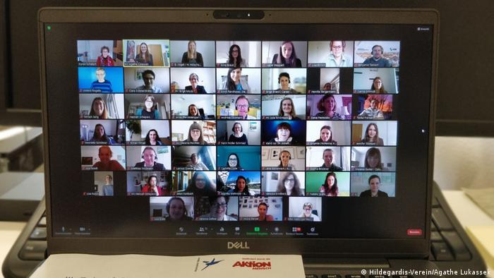 Foto eines Monitors, auf dem zahlreiche Bilder von den Teilnehmern einer Video-Konferenz zu sehen sind