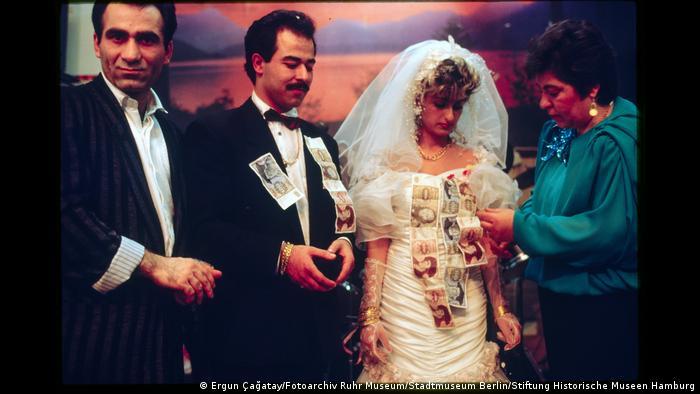 Hochzeitspaar bekommt Geldscheine angeheftet. Foto aus der Ausstellung Wir sind von hier. Deutsch-Türkisches Leben 1990