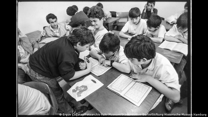 Schüler in einer Klasse beim Lesen. Foto aus der Ausstellung Wir sind von hier. Deutsch-Türkisches Leben 1990