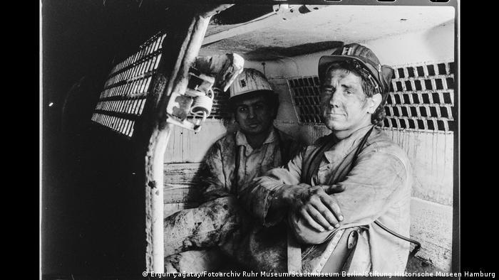 Zwei Bergleute in einem Personenwagen im Bergwerk Walsum, Duisburg. Foto aus der Ausstellung Wir sind von hier. Deutsch-Türkisches Leben 1990