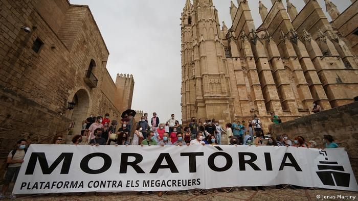 A demonstration in Palma de Mallorca against mega-cruisers