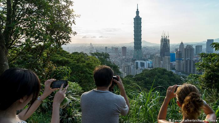 Touristen fotografieren Taiwans höchstem Wolkenkratzer
