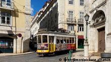Eine Strassenbahn,Tram,Carris,Electrico faehrt hinauf zum Castelo Sao Jorge durch die Altstadt, Impressionen aus Lissabon in Zeiten der Coronavirus Pandemie am 16.08.2020. In Portugal leidet die Tourismusbranche massiv unter den Folgen der Coronavirus Pandemie-trotz Hochsaison und Urlaubszeit bleiben die Touristen und Urlauber fern.
