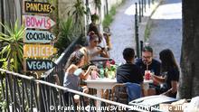 Gaeste einer Bar sitzen an Tischen im Freien.Gastronomie. In Portugal leidet die Tourismusbranche massiv unter den Folgen der Coronavirus Pandemie-trotz Hochsaison und Urlaubszeit sind die Gassen der Altstadt fast menschenleer,leer. Impressionen aus Lissabon in Zeiten der Coronavirus Pandemie am 16.08.2020.