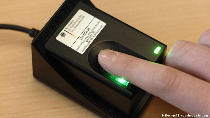 Zeigefinger auf dem Fingerabdruckscanner