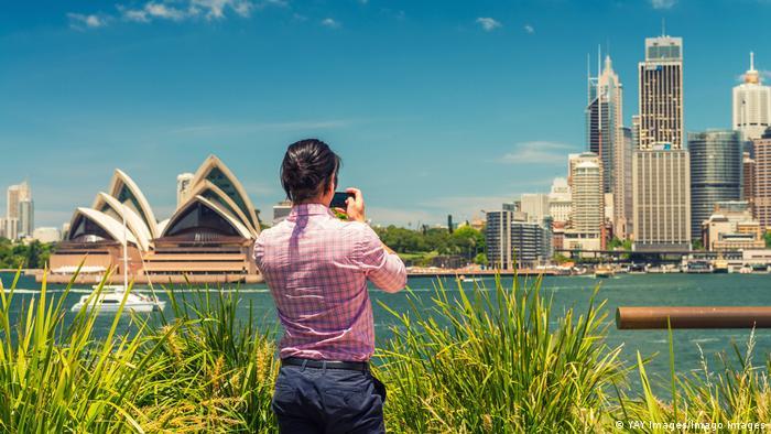 Australien Touristin fotografiert die Sykline von Sidney
