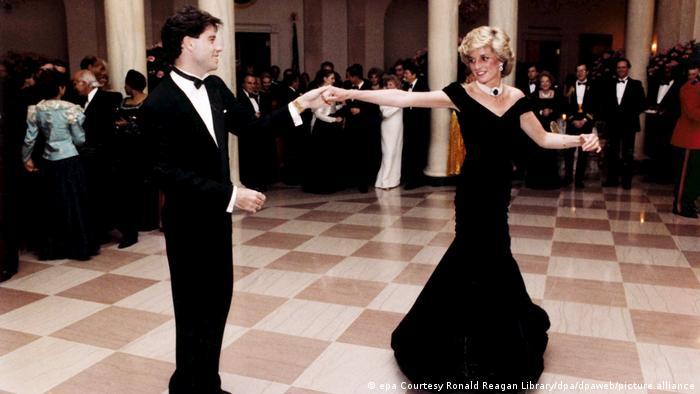 Lady Di im schwarzen Ballkleid tanzt mit John Travolta im Weißen Haus