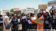 Sie zeigen eine Demonstration von Frauen am Montag, 21.6., in N'djamena im Tschad: Frauen, die gegen Gewalt an Frauen demonstrieren. via Dirke Köpp