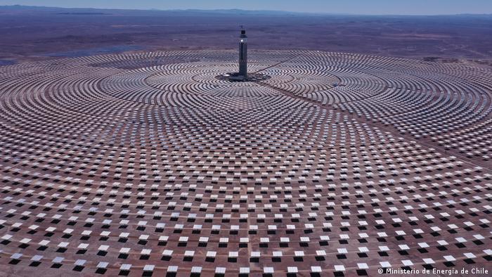 """Cerro Dominador. """"La planta utiliza 10.600 espejos, cada uno de 140 metros cuadrados de superficie, en un terreno de más de 700 hectáreas, que reflejan la luz del sol, concentrando el calor en un receptor ubicado en lo alto de la torre principal, a 250 metros"""", detalló el ministro de Energía de Chile."""