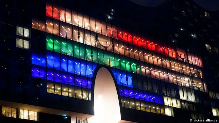 Germania: Filarmonica din Hamburg, iluminată multicolor