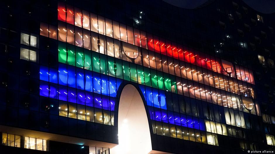 Deutschland Hamburger Elbphilharmonie in Regenbogenfarben beleuchtet