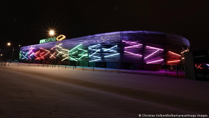 Estádio iluminado nas cores do arco-íris