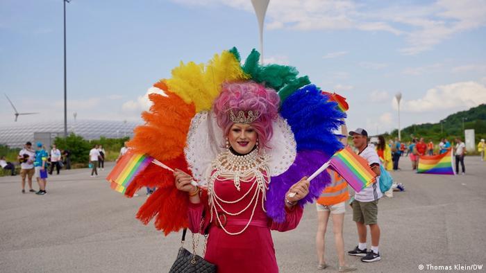 جلوی در ورودی استادیوم آلیانتس با رنگهای متنوع. اتحادیه اروپا قانون جدید در مجارستان را به شدت علیه محکوم کرده و آن را تبعیضی علیه گرایش جنسی و جنسیتی شهروندان دانسته است.