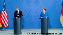 Deutschland USA Außenminister Antony Blinken und Angela Merkel bei einer Rede