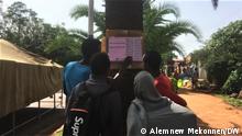 23.6.2021, Bahirdar, Äthiopien Wähler betrachten Wahlergebnisse in Bahirdar
