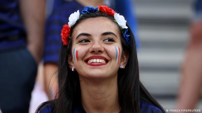 فرانسه، قهرمان جهان، برای صعود به دور بعدی راهی سخت را پشت سر گذاشت. یک برد و دو تساوی نتیجه کار فرانسویان بود. اما برای اغلب طرفداران فرانسه صعود به دور یکهشتم نهایی مهمتر از تساوی ۲ بر ۲ مقابل پرتغال بود.
