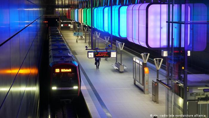 نورپردازی قطار هوایی در هامبورگ با نقش رنگینکمان در مخالفت با تبعیض جنسیتی