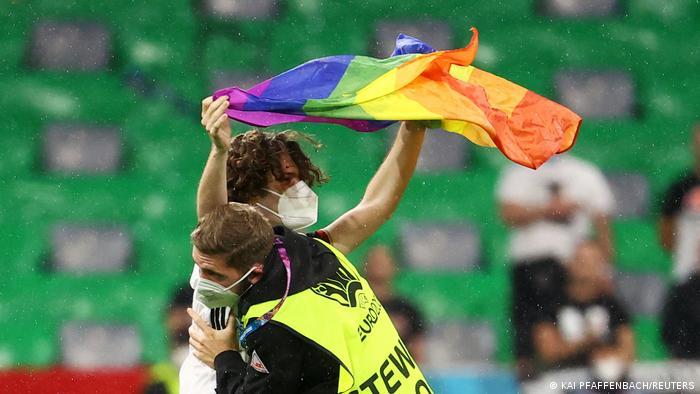 ماموران این معترض را از ورزشگاه خارج کردند. مقامات شهر مونیخ نه تنها مشکلی با نمایش پرچم رنگینکمان نداشتند، بلکه پیشتر از مسئولان یوفا خواسته بودند که اجازه دهند تا تمام سقف و دیوار استادیوم با طرح این پرچم منقوش شود.