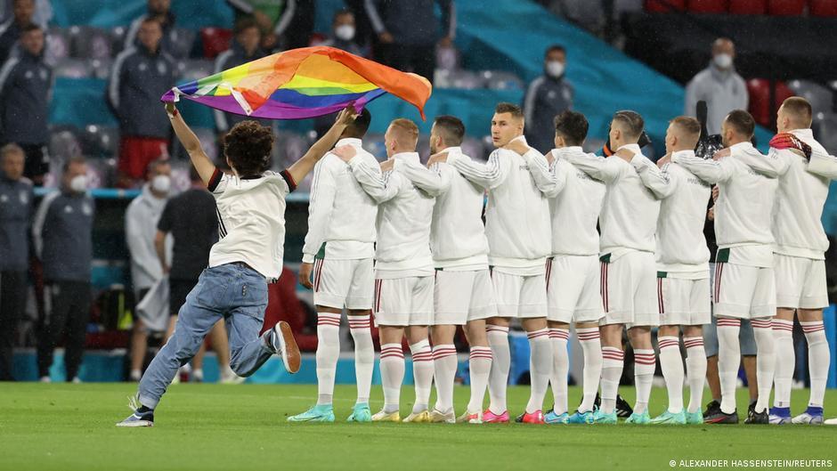 Fußball EM EURO 2021   Protest mit Regenbogenfahne