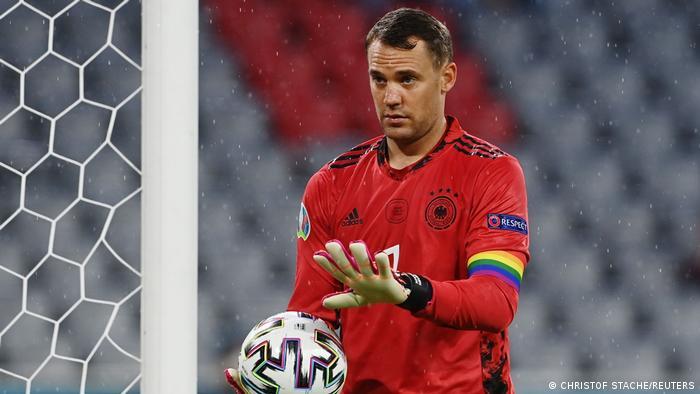 مانوئل نویر، کاپیتان تیم ملی فوتبال آلمان نیز مانند دو بازی پیشین با بازوبند رنگینکمانی قدم به میدان گذاشت.