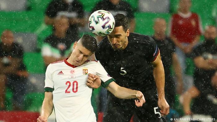با به صدا درآمدن سوت آغاز بازی، ملیپوشان آلمان (پیراهن سیاه) سعی کردند از همان دقیقه اول کنترل میدان را در دست گیرند و حریف را زیر فشار بگذارند. تصویری از دوئل هوایی ماتس هوملس (راست)، مدافع آلمان و رولاند سالای، بازیکن مجارستان در هوای بارانی مونیخ.