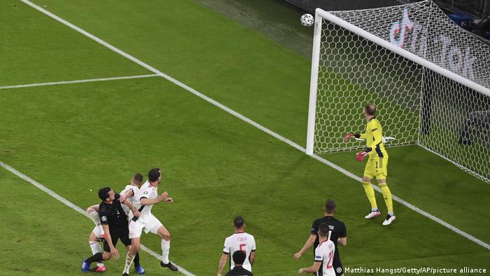 یکی از موقعیتهای فوقالعاده آلمان در دقیقه ۲۱ بازی به دست آمد، اما ضربه سر ماتس هوملس (پیراهن تیره)، مدافع این تیم به تیر دروازه برخورد کرد.