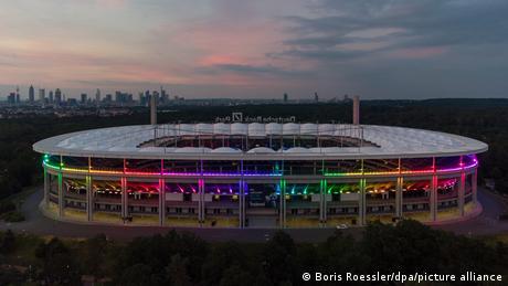 Fußball EM - Regenbogen-Beleuchtung in Frankfurt