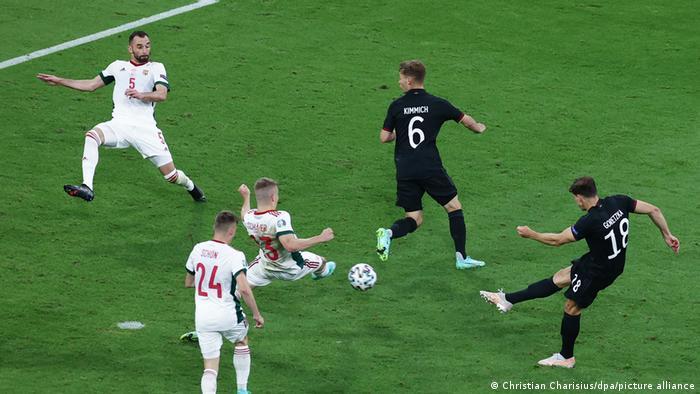 تیم آلمان در دقیقه ۸۴ بالاخره توانست دیوار دفاعی مجارستان را فرو بریزد. لئون گروتسکا (راست)، هافبک آلمان که به عنوان جوکر وارد زمین شده بود، با شوتی سنگین از وسط محوطه جریمه توپ را به تور دروازه مجارستان دوخت و بازی را به تساوی کشاند.