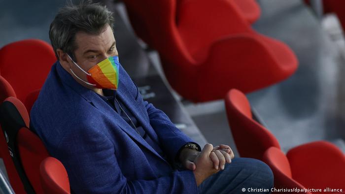 مارکوس زودر، رئیس دولت ایالتی بایرن به نشانه همبستگی با دگرباش جنسی از ماسکی استفاده میکند که طرح رنگینکمان را دارد.