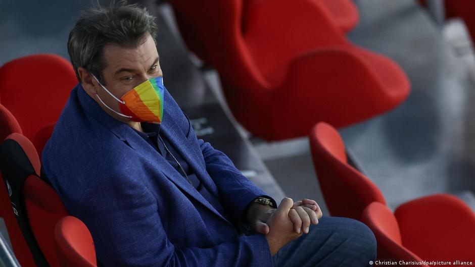 Fußball EM - Deutschland - Ungarn I Markus Söder mit Regenbogenmaske