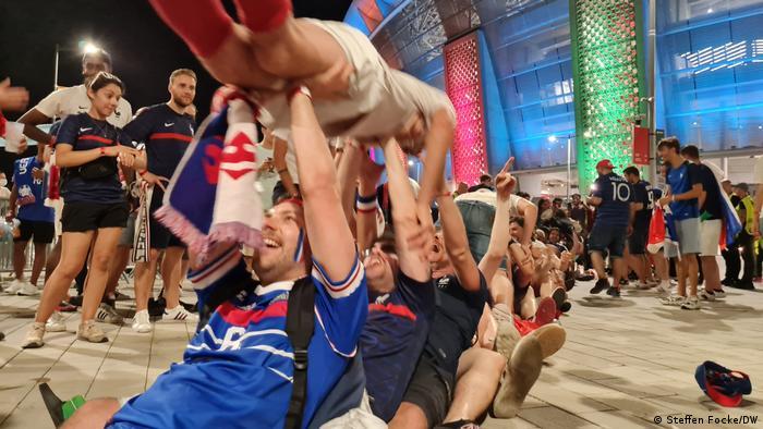جشن طرفداران فرانسه پس از صعود به دور یکهشتم نهایی