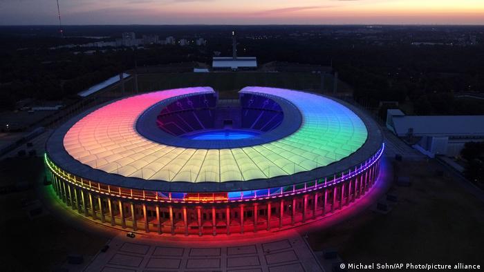 رنگینکمان بر دیوار و سقف استادیوم المپیک برلین، البته یوفا در روز مسابقه آلمان و مجارستان در ورزشگاه آلیانتس مونیخ این اقدام را سیاسی دانست و اجازه نداد که رنگینکمان دگرباشان جنسی در این روز بر این استادیوم نقش بندد.