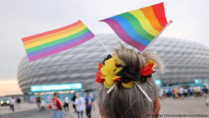 Nemačka fudbalska reprezentacija, uz dosta muke, uspela je da se plasira u osminu finala Evropskog prvenstva, nakon što je sa Mađarskom odigrala nerešeno, 2:2. Iako UEFA nije dozvolila da stadion u Minhenu gde se igrala utakmica bude obojen u dugine boje, u znak solidarnosti sa LGBT-populacijom u Mađarskoj, mnogi navijači Nemačke nosili su i takve zastave.
