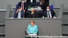 Bundeskanzlerin Angela Merkel (CDU, vorne) gibt eine Regierungserklärung zum bevorstehenden EU-Gipfel bei der Sitzung des Deutschen Bundestags ab. Hinter Merkel sitzt dabei Wolfgang Schäuble (CDU, M), Präsident des Deutschen Bundestages. Weitere Themen der Sitzung sind eine Debatte über den Amri-Untersuchungsausschuss, Beschlüsse zur Verlängerung der Bundeswehreinsätze im Kosovo und im Libanon sowie Abstimmungen über zahlreiche Gesetze - u. a. zu den Themen Klimaschutz und Insektenschutz. +++ dpa-Bildfunk +++