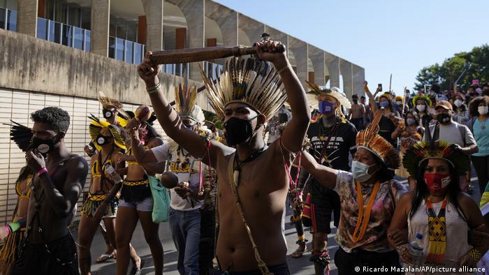 Los indígenas de Brasil protestaron en junio contra la iniciativa marco temporal.