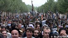Protest vieler Männer mit Waffen