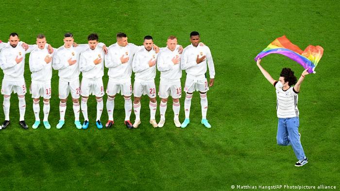شامگاه ۲۲ ژوئن تیم فوتبال آلمان در دیدار نهایی مرحله گروهی به مصاف مجارستان رفت. اتحادیه فوتبال اروپا با رنگینکمانی شدن رونمای ورزشگاه مونیخ مخالفت کرده بود. بنابراین بسیاری از هواداران فوتبال با پرچمهای رنگینکمان وارد استادیوم شدند تا حمایت خود از حقوق دگرباشان جنسی را نشان دهند. هنگام نواختن سرود ملی آلمان مردی با پرچم رنگینکمان به وسط زمین دوید که بلافاصله مأموران او را از زمین خارج کردند.