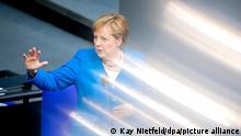 Bundeskanzlerin Angela Merkel (CDU) spricht bei der Regierungsbefragung während der Plenarsitzung im Deutschen Bundestag. Es war die letzte Regierungsbefragung in ihrer Amtszeit.
