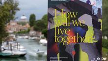 Plakat der Architektur-Biennale Venedig mit der Stadt im Hintergrund