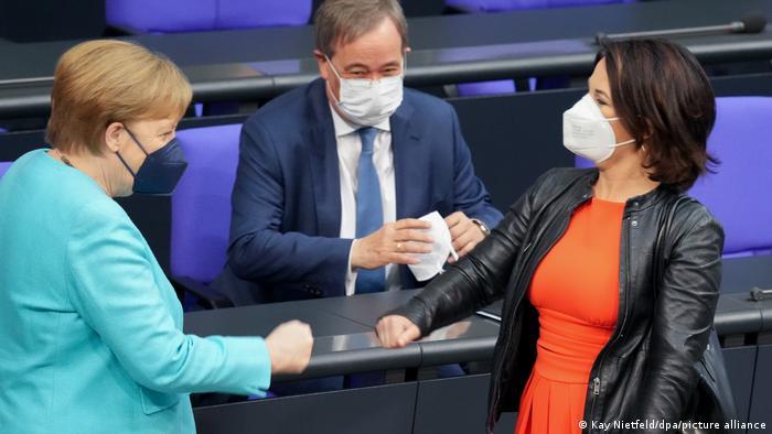 Kandidatkinja Zelenih Analena Berbok (desno) u Bundestagu sa odlazećom kancelarkom Angelom Merkel (u pozadini Armin Lašet)