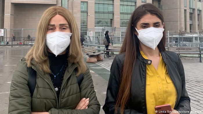 Hozan Cane (l) und ihre ebenfalls in der Türkei angeklagte Tochter Gönül Örs vor einem Gericht in Istanbul