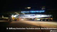 """Das historische Flugzeug Focke-Wulf Fw 200 """"Condor"""", in den vergangenen 20 Jahren an verschiedenen Orten restauriert, erreicht zerlegt auf fünf Schwerlasttransportern und sechs Lkw den Hangar 7 auf dem Gelände des Flughafen Tempelhof. Das Flugzeug soll künftig regelmäßig öffentlich zu sehen sein. (zu dpa Ein Stück Luftfahrtgeschichte - Focke-Wulf Fw 200 «Condor» in Berlin) +++ dpa-Bildfunk +++"""